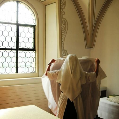 Nonne beim Betten, Abtei Frauenthal