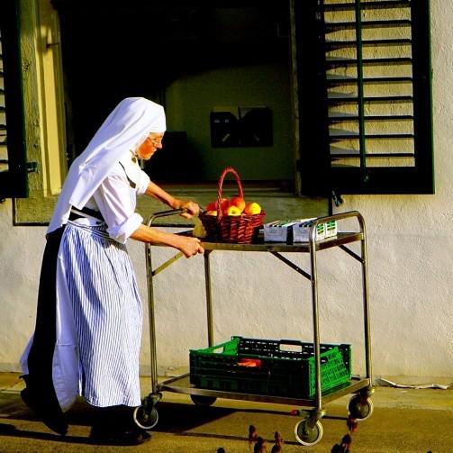 Schwester bringt Essen, Kloster Frauenthal