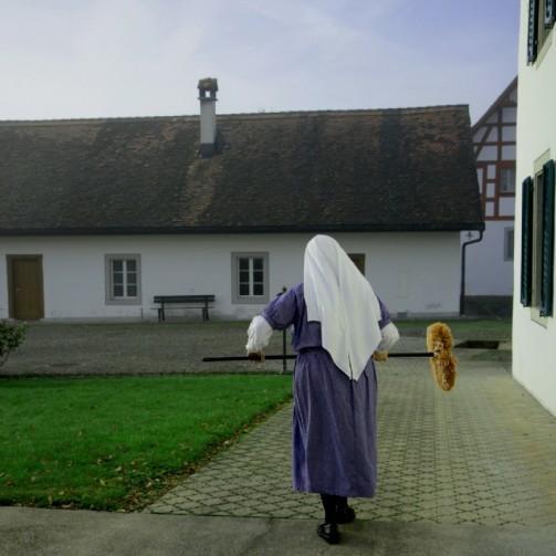 Nonne bei Reinigungsarbeit, Kloster Frauenthal