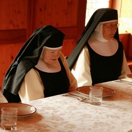 Nonnen beim Tisch, Zisterzienserinnen Abtei Frauenthal