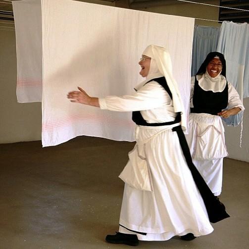 Nonnen beim Aufhängen der Wäsche, Kloster Frauenthal